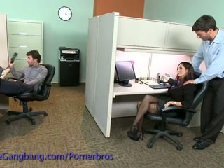 Coworkers lực lượng một double penetration trên cô ấy