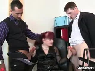 Öz eğlence bayan swallows two dicks