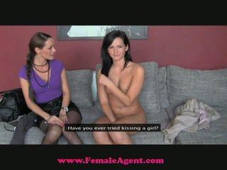 La fake agent snags un estrecho nuevo chica