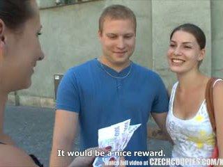Čekiškas couples jaunas pora takes pinigai už viešumas seksas keturiese