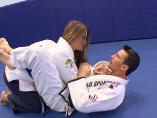 小鸡 gets 一些 extra karate lessons 在 家 同 她的 trainerã¢â€â™s 迪克