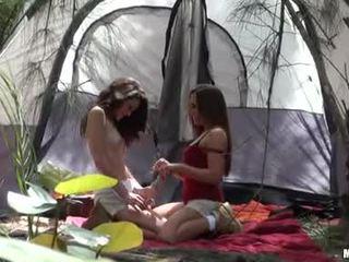 Renna ryann giving en kiss med henne camping het buddy