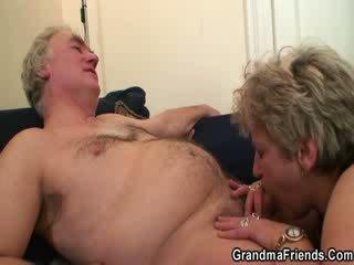 Abuelita acompañante enjoys two shafts