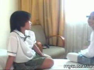 Two tinedyer lesbiyan asyano girls pakikipagtalik around