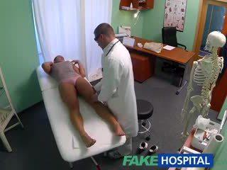 Fakehospital мръсен милф секс addict gets прецака от на лекар докато тя съпруг waits