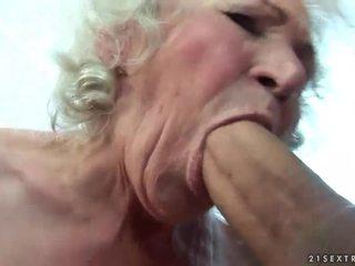 बस्टी ग्रॉनी gets उसकी हेरी पुसी गड़बड़