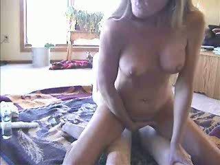 Amateur anal cabalgando con ¡ayuda de consolador para coño