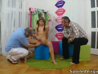 Spoiled virgins: russe fille has son jeune virgin chatte checked.