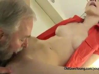 Excitat ceh adolescenta fata was waiting pentru boyfriend când lui vechi unchi came și inpulit ei