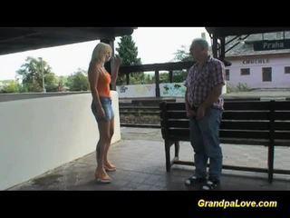 Gros seins blonde baisée près de la railway