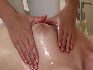 Masseuse moisturises একটি মেয়েরা পাছা flaps সময় একটি মালিশ