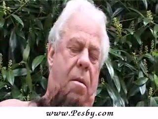 Viejo gray senior es embistiendo un caliente joven chavala