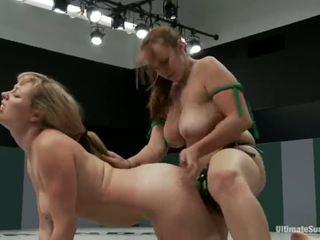 Adrianna nicole och bella rossi spela kön spel xxx spel tillsammans tillsammans med en strapon istället av brottning