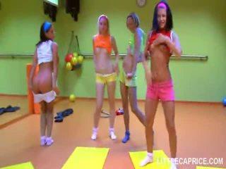 Vier smut tiener meisjes doen aerobics samen en piemel zuigen shaft