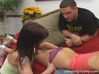 Chaud cul lesbienne nana gets son fesses licked tandis que sommeil