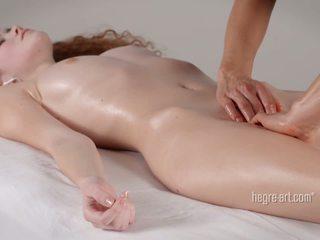 Fittor receives en massagen av en människa med en vibratorn