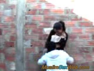 Arab lány szar szabadban
