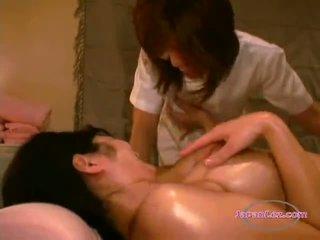 Aziāti meitene getting viņai matainas vāvere vibrated un massaged