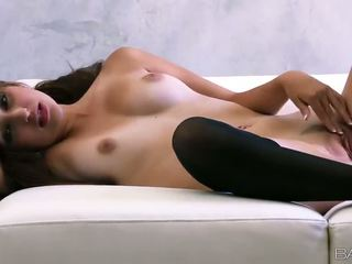 Superb russa miúda natasha malkova fondles dela agradável titties e cona vídeo