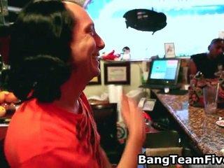 Bar hopping, bartender ejaculações troca