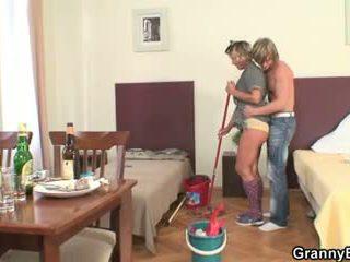 Uzkopšana sieviete rides viņa uzbudinātas loceklis