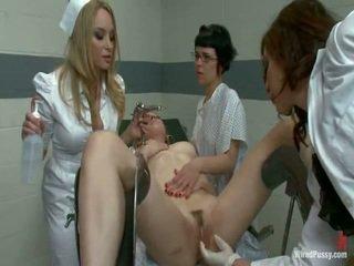 Two trágár pussys van strapped hogy egy gyno szék és bumped által azok lesbie doctors