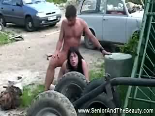 Tettona bruna gets scopata contro an vecchio auto da vecchi film dude