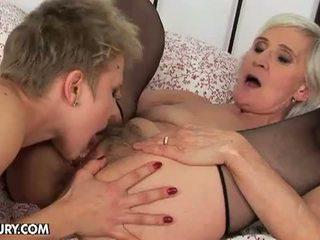 Vieux et jeune lesbienne amour: vieille loves une bon cul plugging