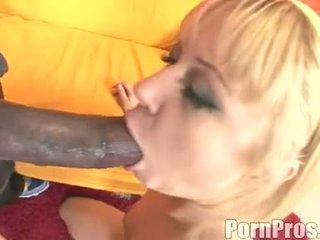 Gyllene haired wench aaralyn barra receives henne mun ripped av en gigantisk kuk