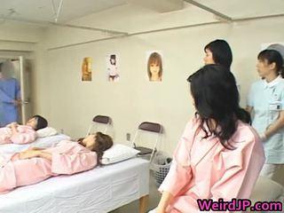 אסייתי אישה הוא examining female workers
