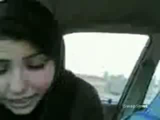 Arab flicka swallows cum i den bil video-