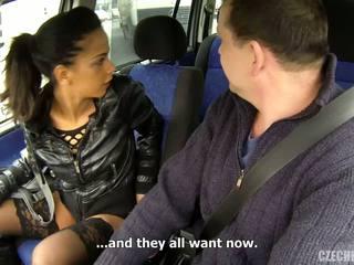 Rijpere man en dun jong vriendin in de auto.