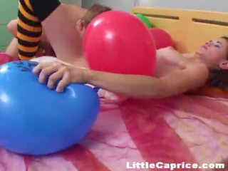 Час для the повітряна кулька popping навколо злий трохи caprice!