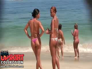 該 角質 女孩 從 這 比基尼泳裝 偷窺 視頻 are wearing micro thongs 上 多汁 asses