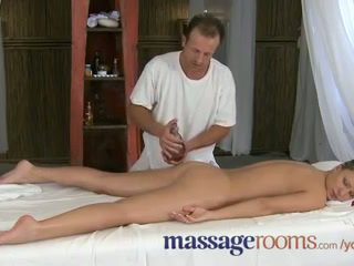 מסג' rooms innocent צעיר דגדגנים are aroused על ידי בוגר masseuse fingers