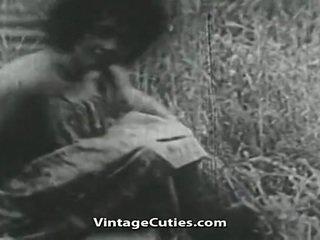 Flicka med stor klantskallar och hårig cunt körd i fält