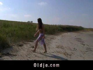 大 胸部 teeny 他媽的 oldman 上 該 海灘