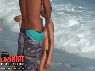 La warm mer waves are gently petting la bodies de mignonne filles en chaud sexy swimsuits