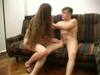 Läkkäämpi pitkä haired nainen kanssa tyhjä tiainen