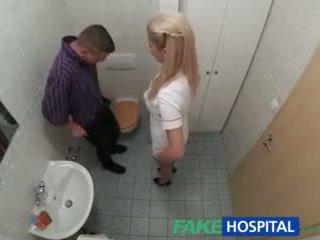 Fakehospital sairaanhoitaja sucks mulkku varten siittiöiden näyte