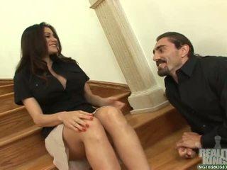 Rambut coklat sekretaris dengan besar payudara mendapatkan sebuah titit