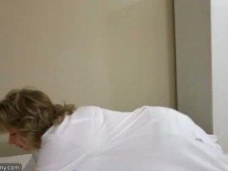Oldnanny seksi ibu dengan ten masturbate pada katil