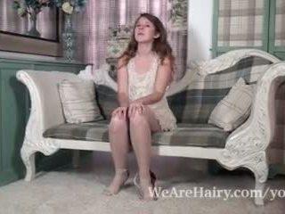 Jada es playful y sexy como ella strips en silla