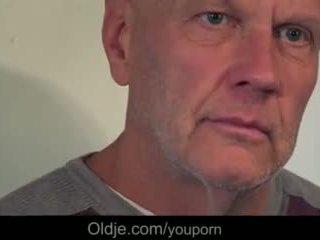 若い ベイブ flirting と クソ two 古い guys 上の ザ· キッチン テーブル ビデオ