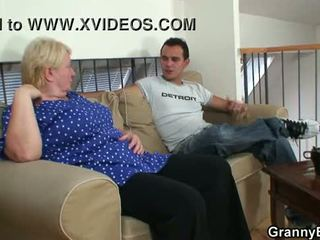 Viejo abuelita pleases an joven guy