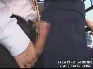 Грудаста стюардеса публічний мастурбація в the автобус