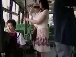 Niespodzianka hanjob na autobus z double szczęśliwy ending