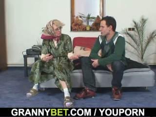 Tua wanita gets dia bald alat kemaluan wanita slammed