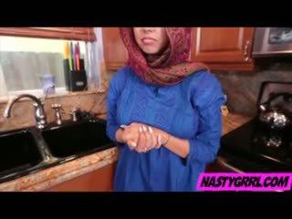 Hijabi fille ada has à sucer bite et obey
