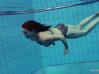 Redheaded katrin ある stripping 水中, ポルノの 66